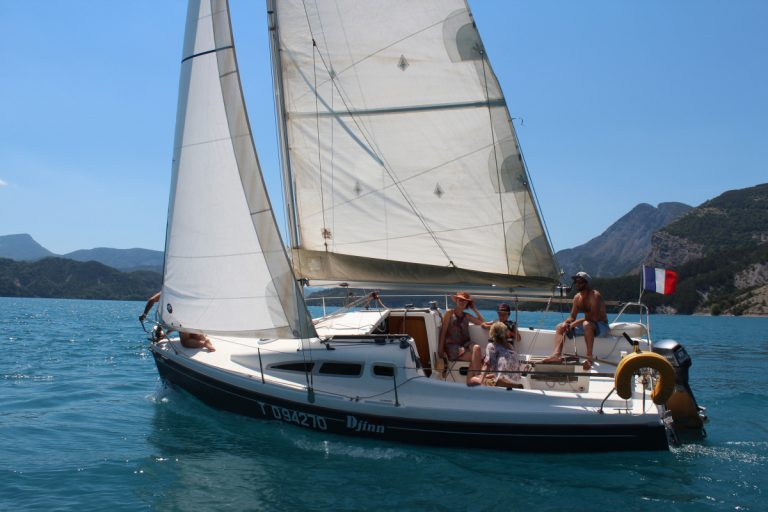 Le bateau gîte sous l'effet du vent dans les voiles.